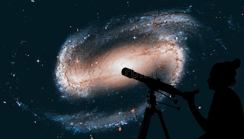 看与望远镜的女孩星 galaxy spiral 免版税图库摄影