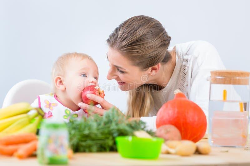 看与求知欲的一个逗人喜爱和健康女婴的画象 免版税库存图片