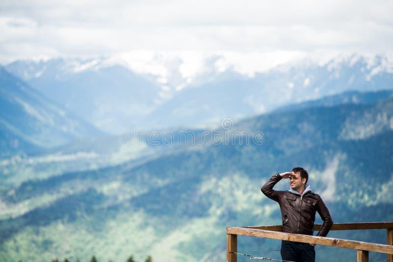 Download 看与的山的年轻人移交他的眼睛 库存图片. 图片 包括有 意大利, 自由, 奥地利, 愉快, 目的地, 森林 - 72363855