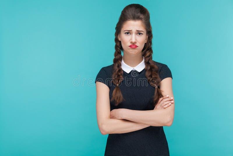 看与重音神色的不快乐的沮丧的女孩照相机 免版税库存照片