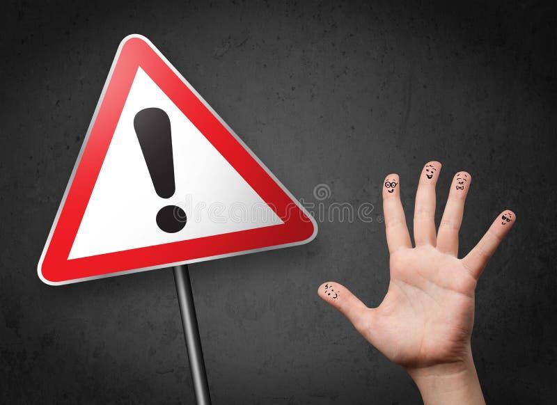 看与excla的愉快的兴高采烈的手指三角警报信号 免版税库存图片