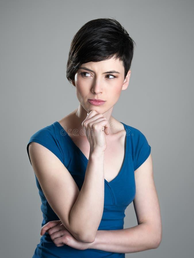 看严肃的可疑或担心的年轻短发的妇女  免版税库存照片