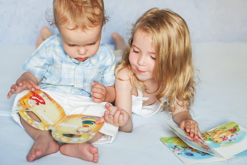 看书的弟弟和姐妹 免版税库存照片