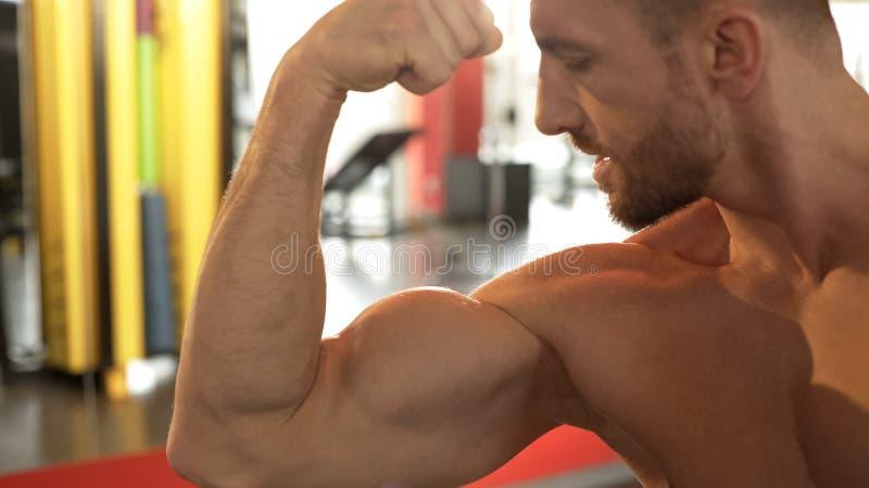 看二头肌的运动的人,力臂干涉,锻炼结果,成就 免版税库存照片