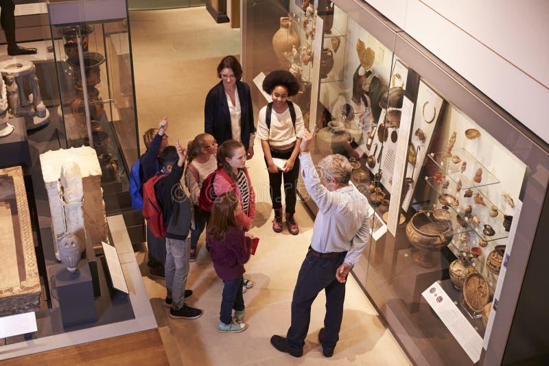 看人工制品的学生,万一在旅行对博物馆 免版税库存照片