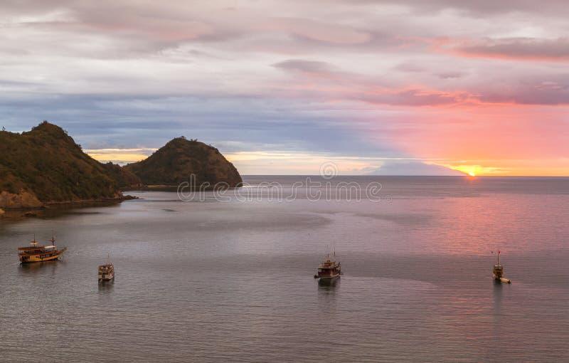 看从天堂酒吧,纳闽Bajo,印度尼西亚的日落 库存图片
