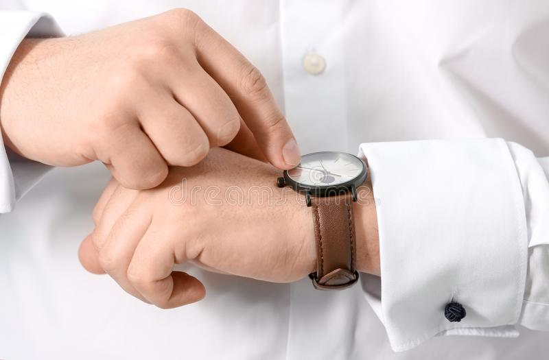 看他的手表,特写镜头的人 E 免版税库存照片