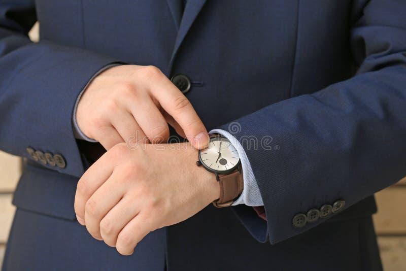 看他的手表,特写镜头的人 E 库存照片