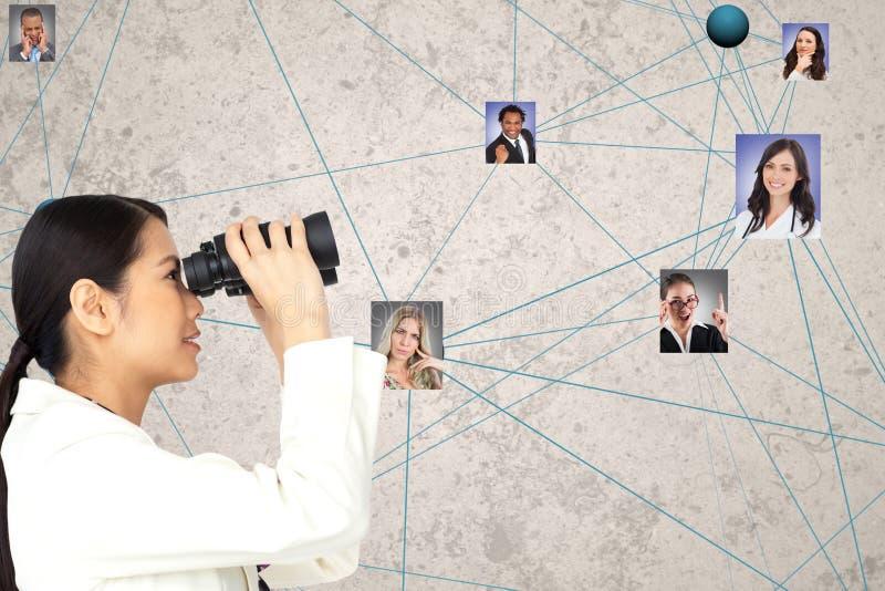 看候选人的女实业家通过双筒望远镜 免版税图库摄影