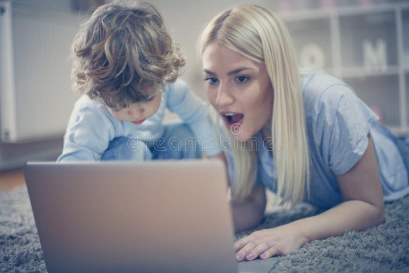 看儿子什么我有这里 母亲和儿子有戏剧 库存图片