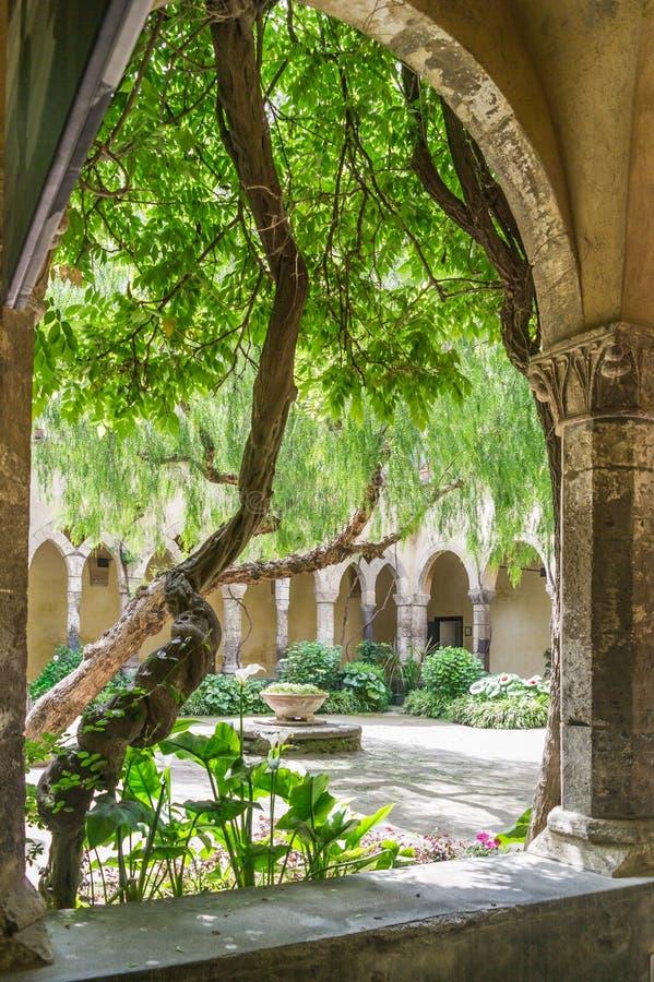 看入庭院圣法兰西斯修道院,索伦托 免版税库存图片