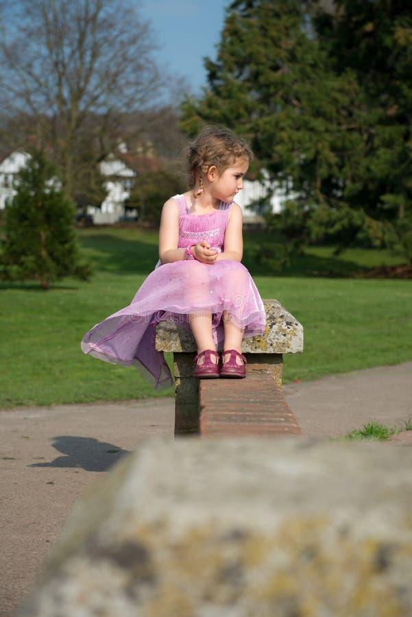 看公园的美丽的女孩 免版税库存图片