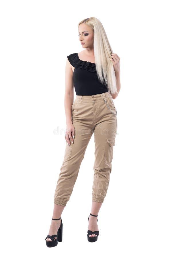 看典雅的女性富感情的白肤金发的年轻女人认为和下来 免版税图库摄影