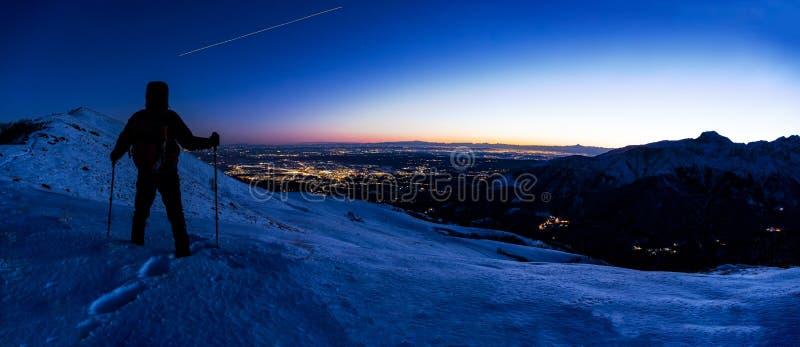 看冬天山风景的远足者,当ISS Inte时 免版税库存图片
