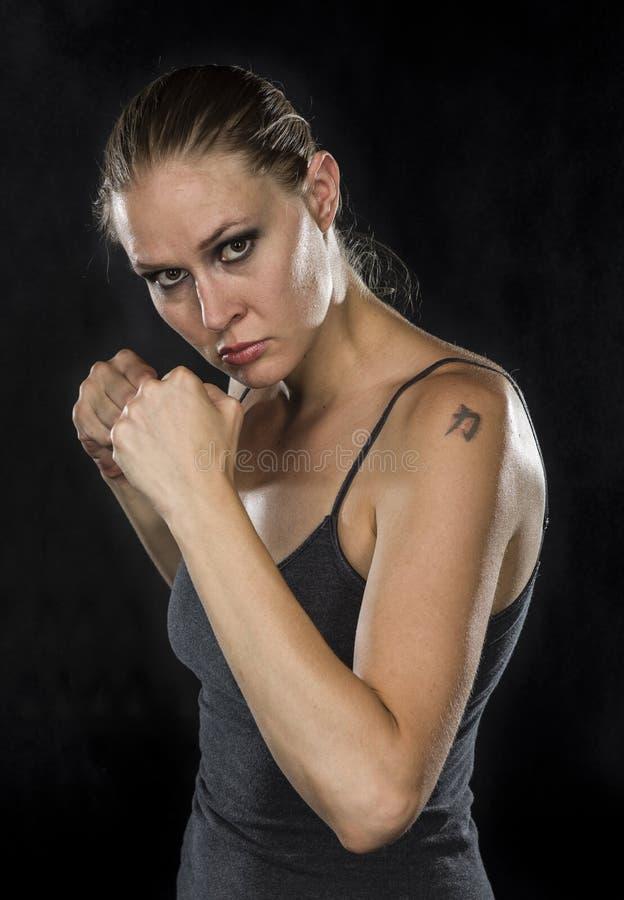 看剧烈照相机的年轻女性战斗机 库存图片