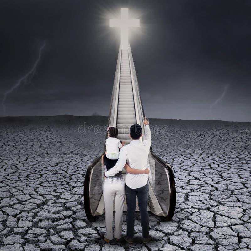 看十字架的基督徒家庭 免版税库存照片