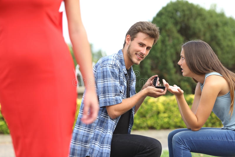 看另一个女孩的不忠实的人在提案期间 库存照片