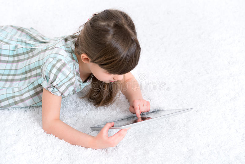 使用与数字式片剂的孩子 免版税库存图片