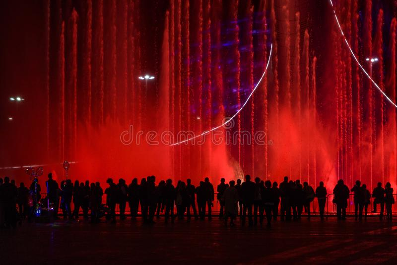 看喷泉的人人群  免版税图库摄影