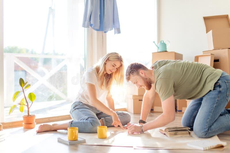 看图纸他们的夫妇新房 计划的室内设计 免版税图库摄影