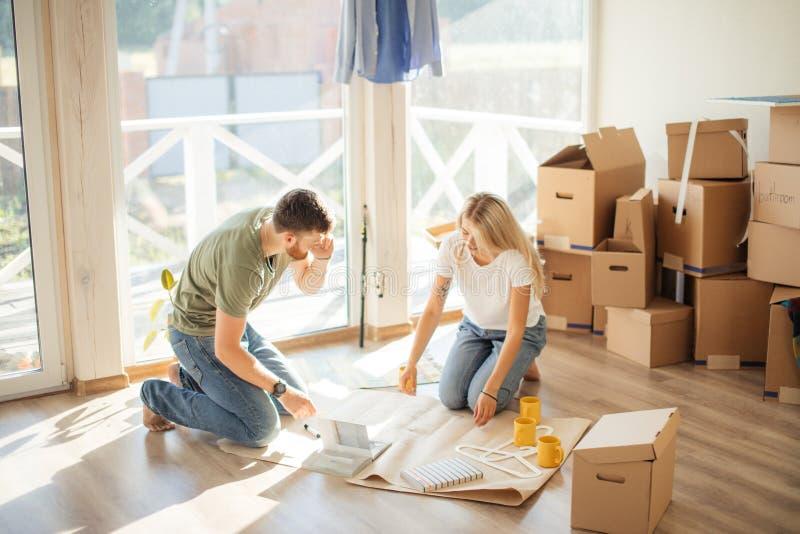 看图纸他们的夫妇新房 计划的室内设计 免版税库存图片