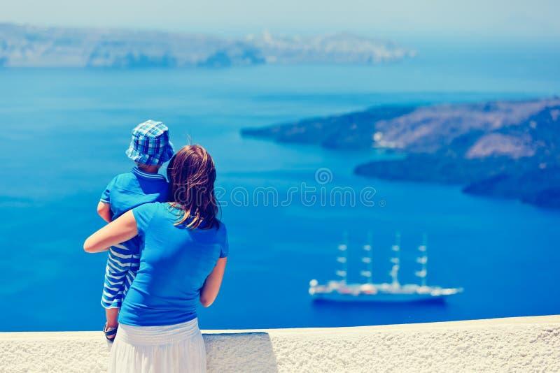 看圣托里尼,希腊的家庭 免版税图库摄影