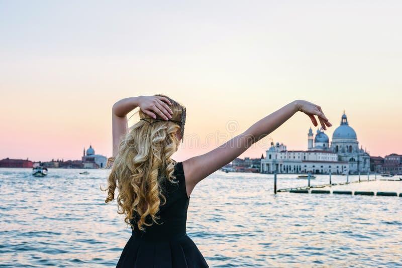 看圣玛丽亚della致敬教会的妇女的画象在威尼斯 女孩佩带一黑面具敬佩 库存图片