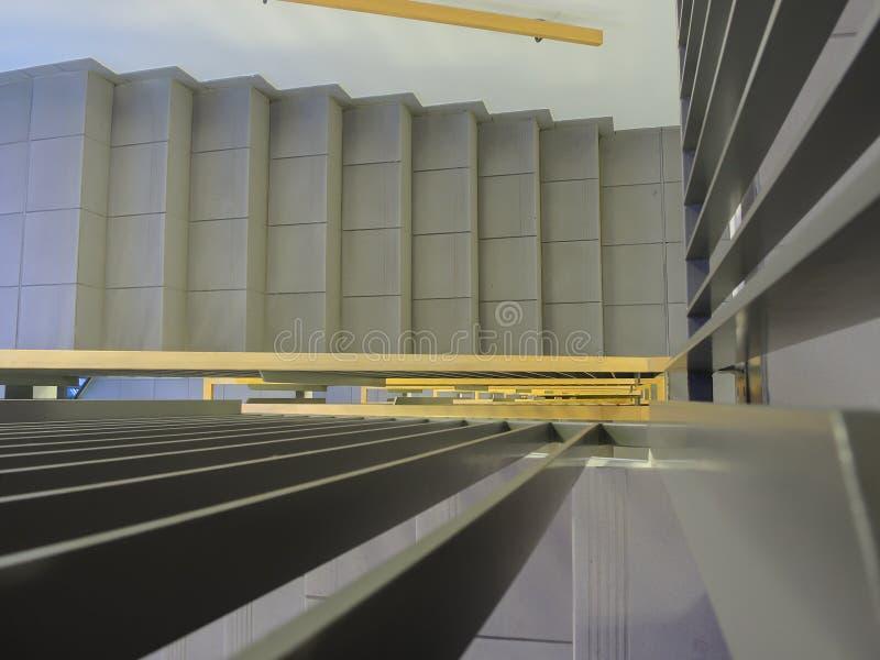 看在一个新的大厦的内部楼梯下 免版税图库摄影