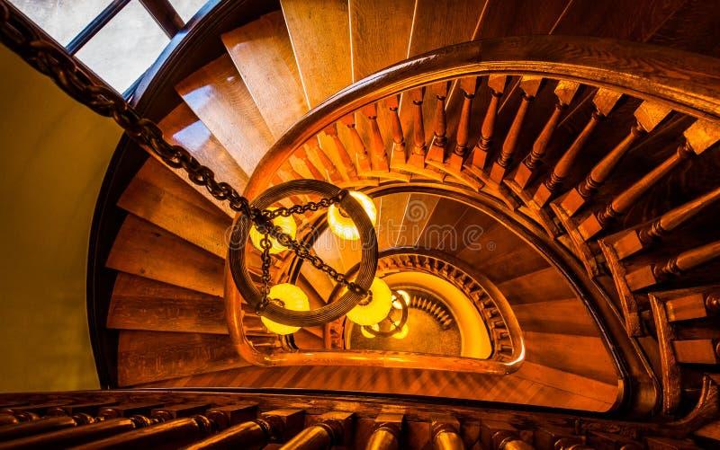 看在一部螺旋形楼梯下在Handley图书馆里, Winchest 免版税库存图片