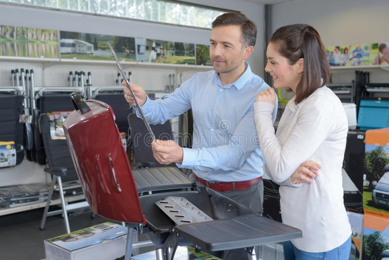 看在五金店的微笑的夫妇烤肉 免版税库存照片