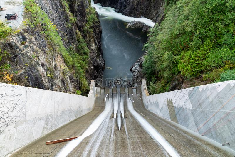 看在克利夫兰水坝和Capilano河下在北温哥华区,加拿大 库存照片