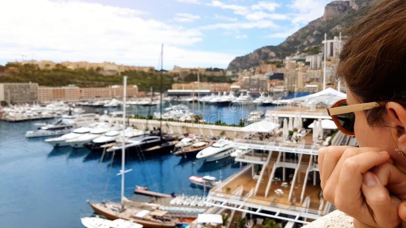 看在口岸,财富空白,难达到的豪华的翻倒妇女昂贵的游艇 免版税库存图片