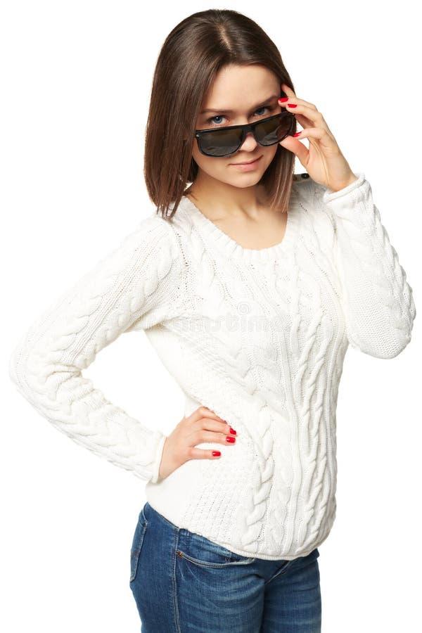 看在太阳镜的美丽的少妇 背景查出的白色 免版税库存照片