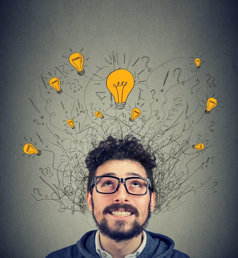 看在头上的许多想法电灯泡的激动的人 免版税图库摄影