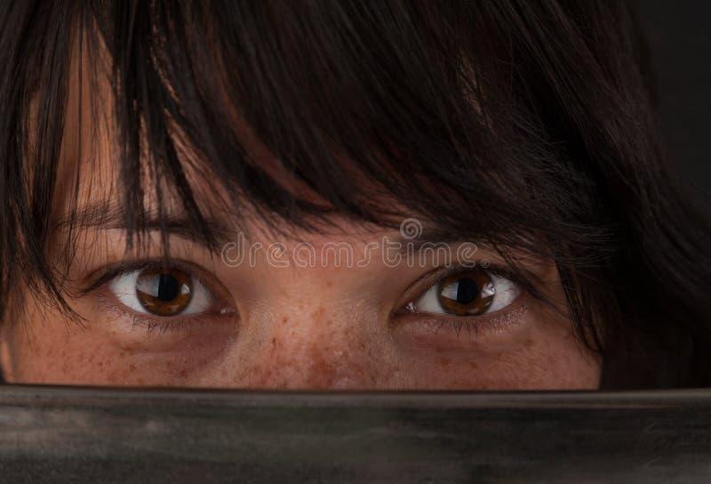看在她的剑刀片的亚裔妇女  图库摄影