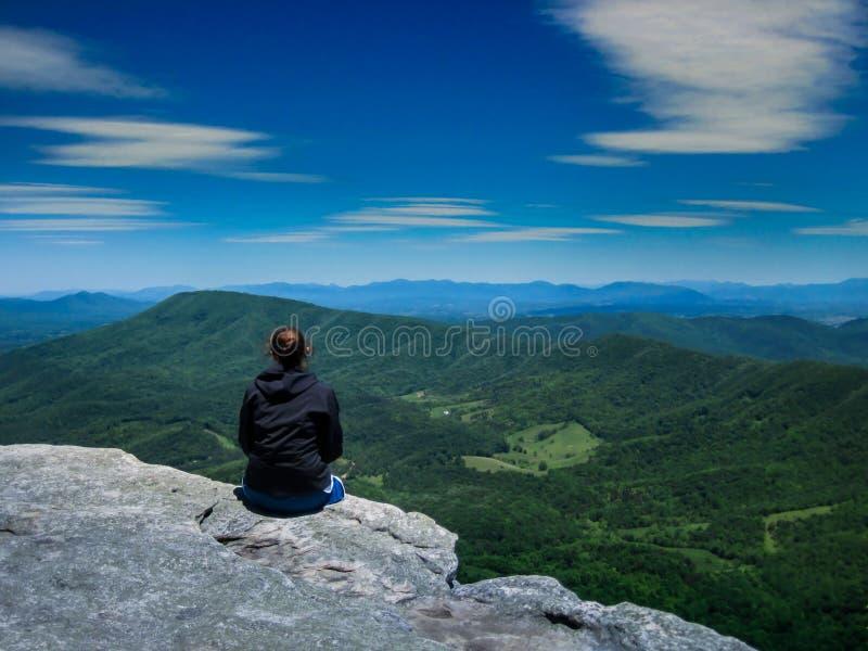 看在山脉的徒步旅行者 免版税图库摄影