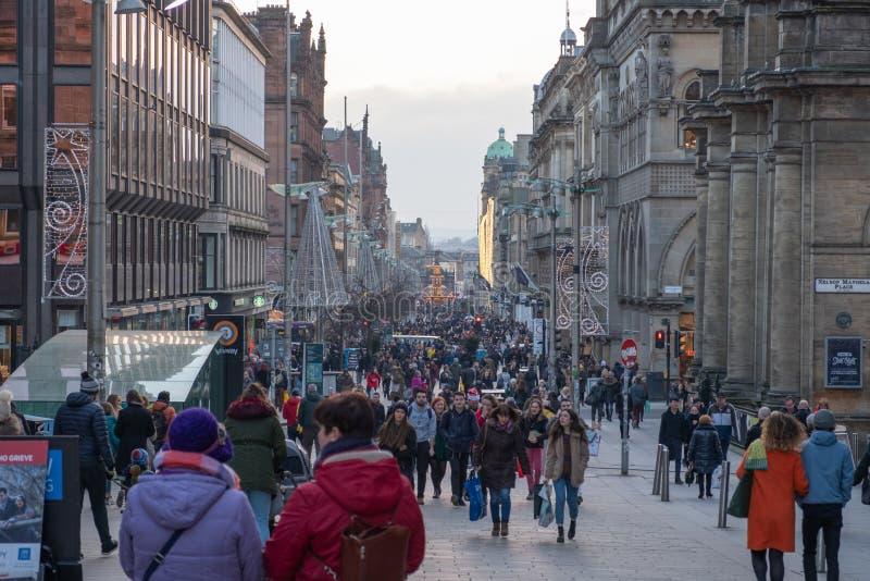 看在布坎南街下在格拉斯哥繁忙与圣诞节顾客在12月上旬 图库摄影