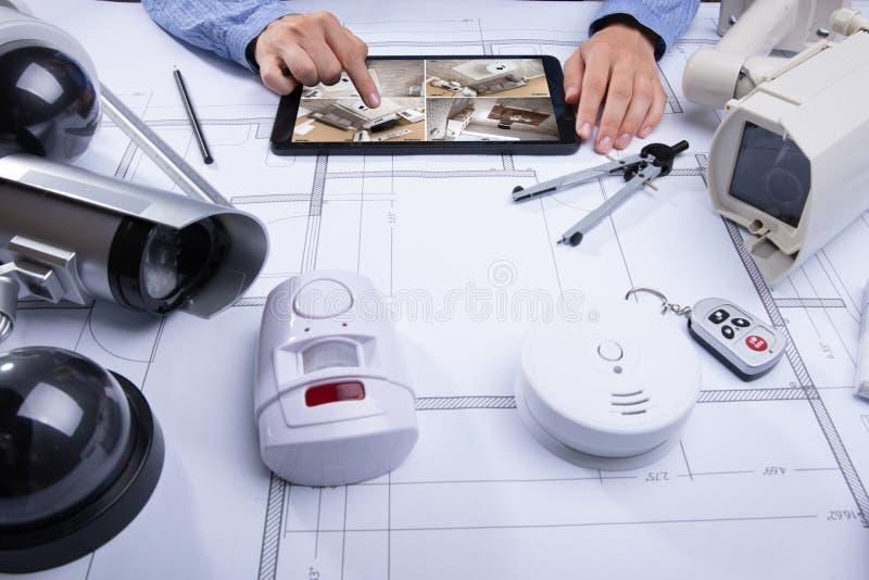 看在数字片剂的建筑学CCTV英尺长度 库存图片