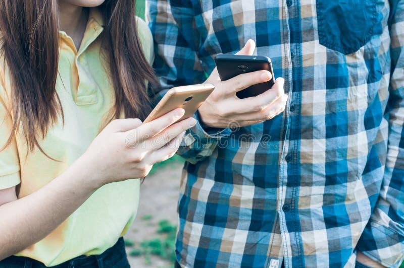 看在智能手机的小组少年 免版税库存照片