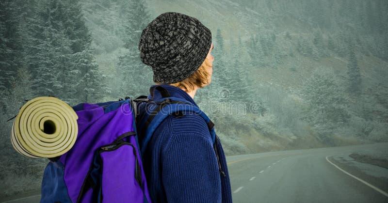 看在有薄雾的路下的千福年的背包徒步旅行者 库存图片