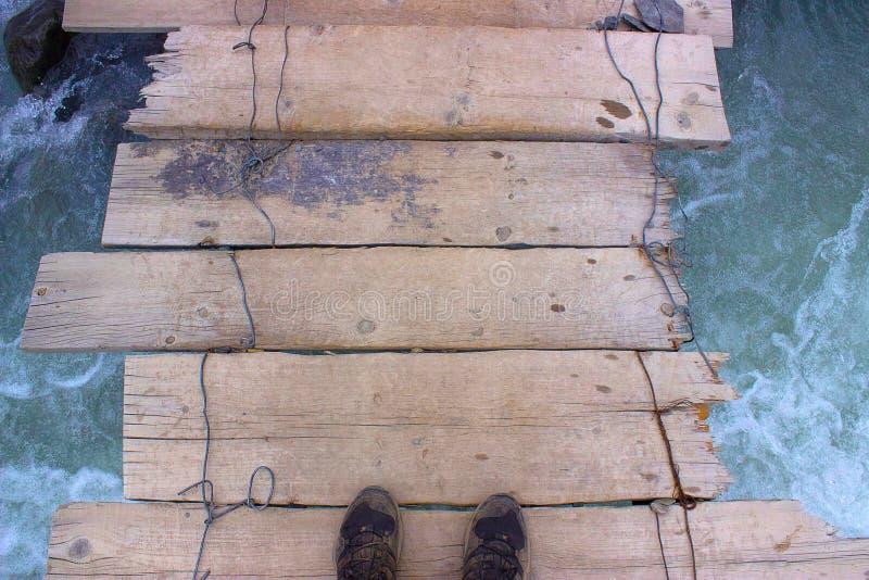 看在桥梁下透视在河上的 免版税库存图片