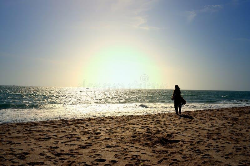 看在海滨的妇女无限的视野 库存图片