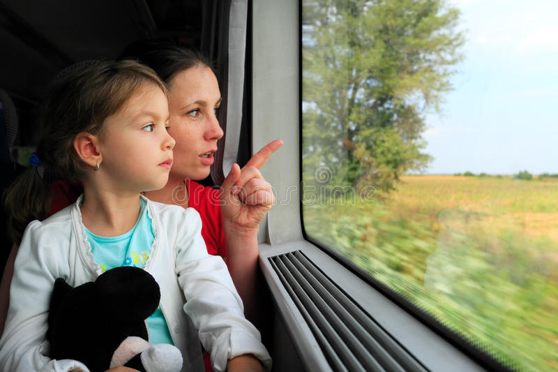 看在火车窗口的母亲和孩子 免版税图库摄影