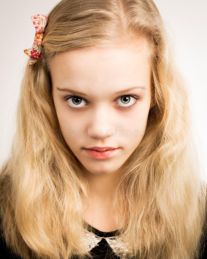 看在照相机的美丽的白肤金发的十几岁的女孩 免版税库存照片