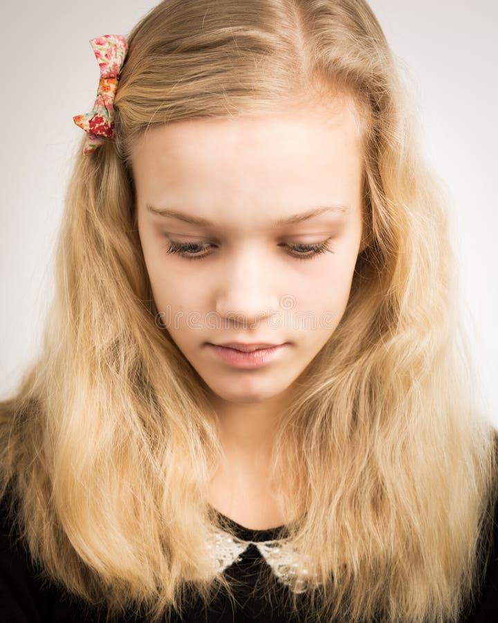 看在照相机的美丽的白肤金发的十几岁的女孩 库存图片