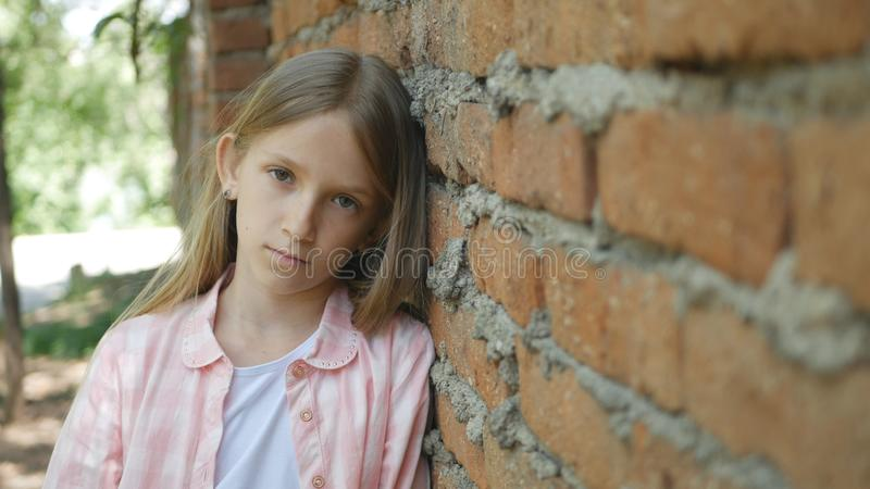看在照相机,乏味女孩画象,不快乐的孩子面孔的哀伤的沮丧的孩子 库存图片