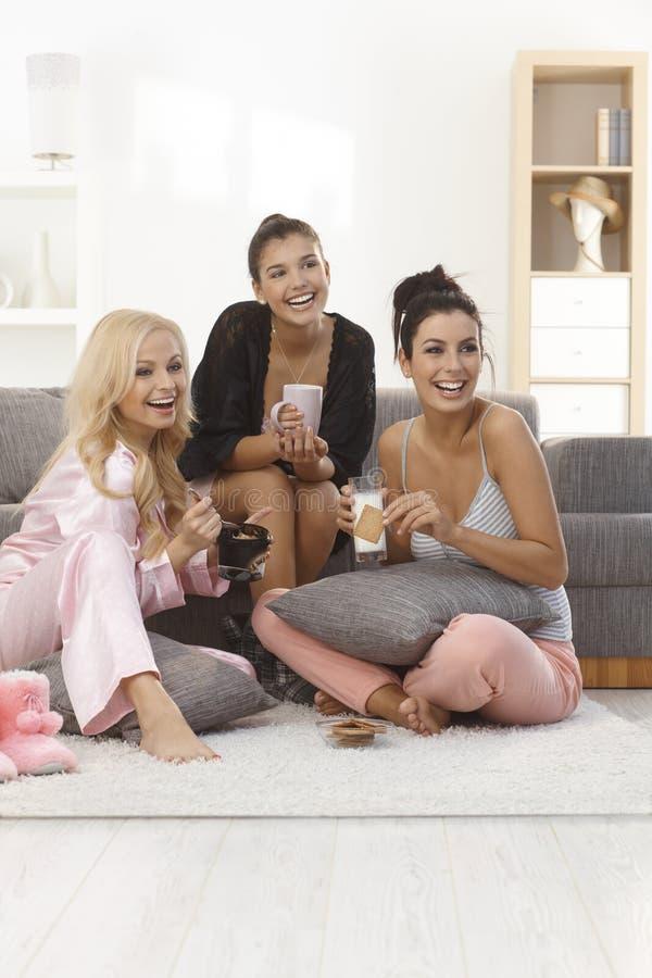 看在睡衣的朋友电视 免版税库存图片