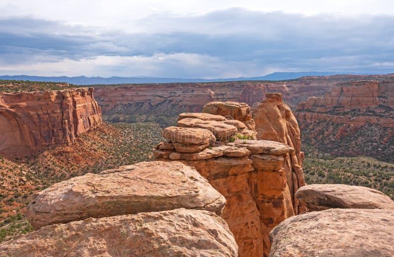 看在石峰到一个遥远的峡谷里 库存图片