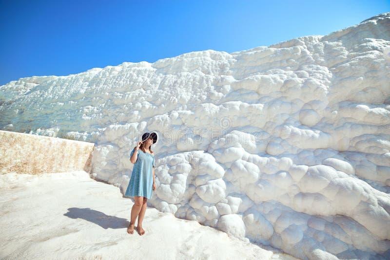 看在石灰华水池和大阳台的帽子的少女在棉花堡 棉花城堡在土耳其西南部 图库摄影