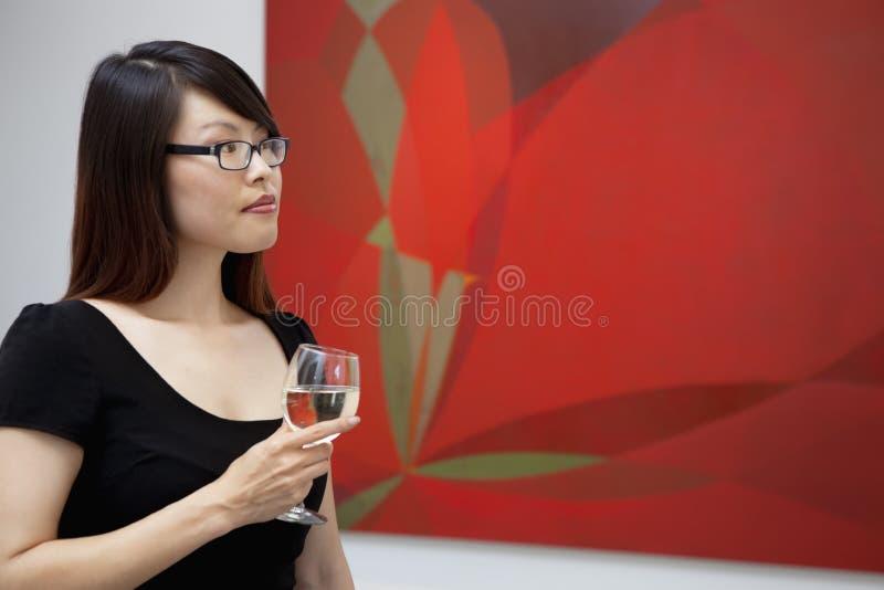 看在美术画廊的少妇壁画 免版税库存照片